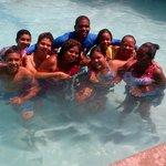amigos disfrutando de la piscina.. dia maravilloso..