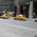 die bekannten Taxis vor dem Eingang