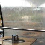 Элегентная водичка текущая по стеклу