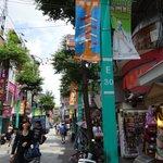 にぎやかな通りにたくさんのお店があります