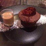 Gourmandise tiède chocolat et sa crème anglaise au cafe et gaufre carambar
