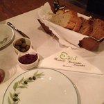 Antipasto della casa offerto all'arrivo. Olive e paté di olive