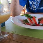 Comida en el bar de la piscina (ensalada caprese)