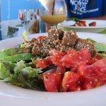 Comida en el bar de la piscina (ensalada de atún con salsa de soja, aguacate y tomate)
