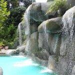 Искусственный водопад в бассейне