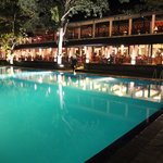 夜のプールとメインレストラン