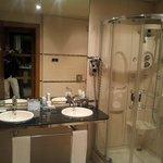 Salle de bain très bien équipée