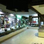 Alejka ze sklepami i usługami na terenie hotelu