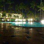Vista nocturna de una de las piscinas