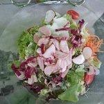 Wurst auf Salat