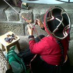 Mujer que hace artesanías en el hotel