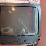 TV s údajně plochou obrazovkou a rozbitým šasi