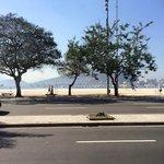 Vista da calçada do hotel