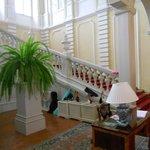 l'ingresso con l'elegante  scalinata