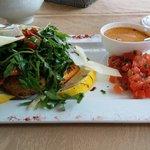 Dos de saumon avec salade et tomates confites ..