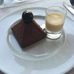 Pyramide de chocolat. Crème anglaise.