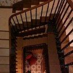 Vue sur l'escalier du hall d'en haut.