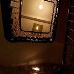 Vue sur l'escalier du hall d'en bas.