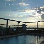 zwembad in avondzon