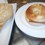 Guarra con tortilla y jamón con queso