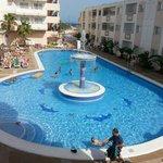 vista dal nostro balcone su piscina dell'hotel