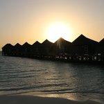 vue des maisons sur pilotis au coucher de soleil