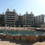 Hotel vanaf het terras over de zee