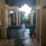 La vista desde el lobby del hotel