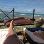 Cadeiras na frente ao mar.