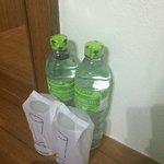 ежедневно приносят воду
