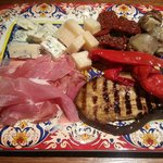 Antipasto Mixto con jamón crudo de parma, grana padano, gorgonzola, tomates secos, alcauciles, b