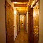 Le couloir permettant d'accéder aux chambres/toilettes/salles de bain