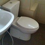 Kamar mandi dengan interior American Standard