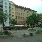 Небольшая площадь с несколькими кафе в 1 минуте ходьбы от отеля