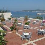 bar sur terrasse au resto principal avec vue sur le port et hôtel Pasha au fond