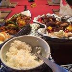 Scharfes Rindfleisch mit Knoblauchsauce und Gemüse