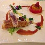 Croustillant de thon mi-cuit , tomate marinée , vinaigrette framboise