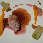 Le suprême de pintade aux éclats d'amandes, mousseline de carottes et rigatoni farci aux petits