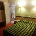 Chambre avec une décoration ancienne