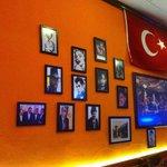 Un des mur. Celui d'en face est aussi couvert de photos d'acteurs célèbres.