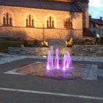 Église de bruck avec la fontaine illuminée