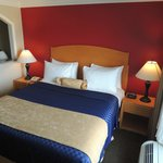 King Bed Room - Pristine sheets and Daily Housekeeping