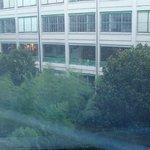 Vue depuis la chambre sur le jardin et le centre commercial