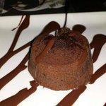 Dolce con cioccolato caldo all'interno