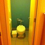 Vaso sanitário separado da pia e ducha