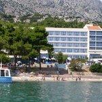 Widok na hotel z łodzi