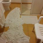 Las toallas para secar el baño inundado a causa del agua que se salía de la ducha.