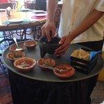 Camarero preparando la salsa