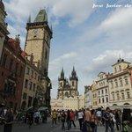 Plaza vieja con la torre del viejo ayuntamiento y su reloj astronómico