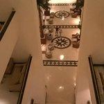 Холл и ресепшин отеля. Вид с 3 этажа